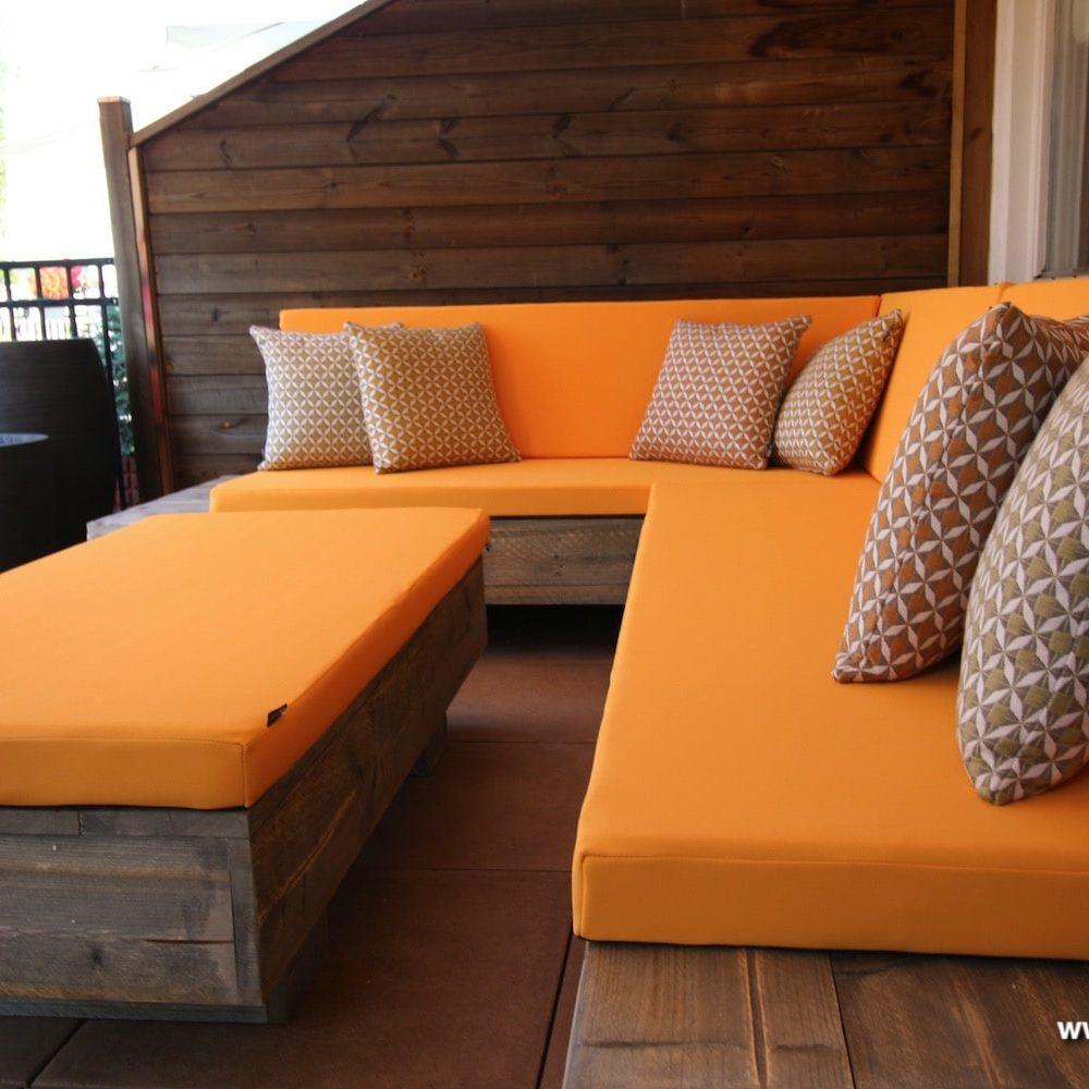 gele loungekussens op maat met sierkussentjes